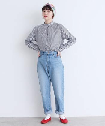 ユーズド感あるデニムと合わせて、上品なシャツをあえてカジュアルに着こなすのがおしゃれ上級者。