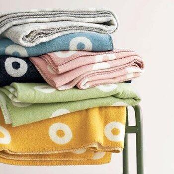 天然繊維にこだわりをもつスウェーデンのテキスタイルメーカー、KLIPPAN(クリッパン)。こちらは良質のメリノウールとラムウールをふんだんに使用した、贅沢なブランケットです。カラーは6色展開で、北欧らしいあたたかみのある色がそろいます。