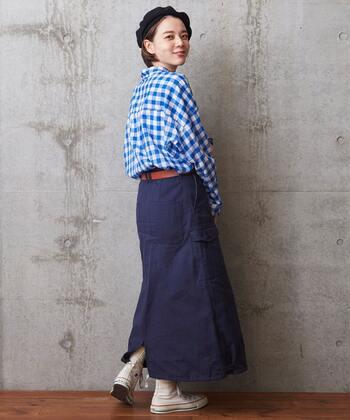 ロングスカートにインして、ウエストはベルトでマーク。カジュアルながらもシャツのとろみ感のおかげで、どこか品の良いイメージに。
