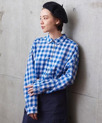 薄手の綿レーヨンローンを使用し、ふわっと軽やかなチェックのシャツ。大き目のギンガムチェックがカジュアルでキュートです。