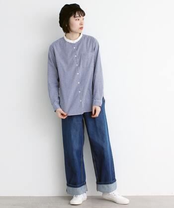 細かいギンガムチェックで、無地感覚で着られるシャツ。白のスタンドカラーがトラッドな印象ですね。