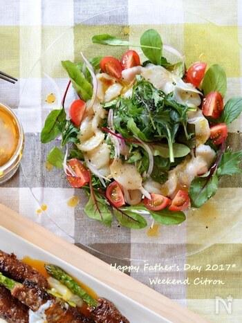 醤油や柚子胡椒で味つけしたホタテの和風カルパッチョ。さっぱりした味わいの白ワインは、日本酒と同じように和の味つけの料理にもなじみます。