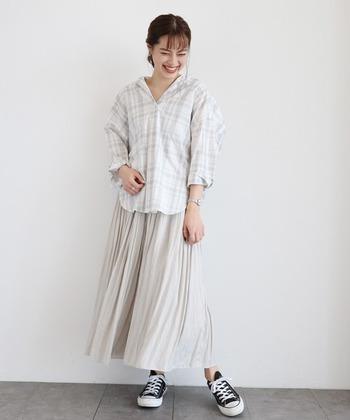 ギャザースカートと合わせて女性らしい印象に。上下同じトーンで揃えると統一感が生まれます。