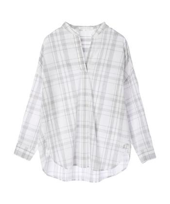 白地に薄いグレーのチェックで、カジュアルすぎず上品な印象のシャツ。抜け感を演出してくれるスキッパーネックがうれしい。