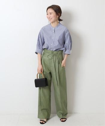 カジュアルなカーキ色のパンツにイン。袖のギャザーとパンツのゆったり感で優し気な印象になります。