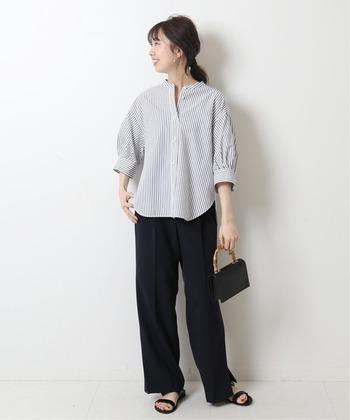 黒のパンツ&小物と合わせると、オフィスにも対応のきれいめスタイルに。シャツは程よい着丈なので、インにしてもアウトにしてもどちらでもOKです。