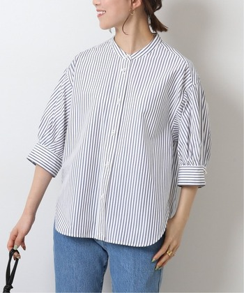 一枚で着映えする、パールボタンのドルマンスリーブシャツ。ラフさがありながらも華やかさときちんと感を兼ね備えた優れものです。