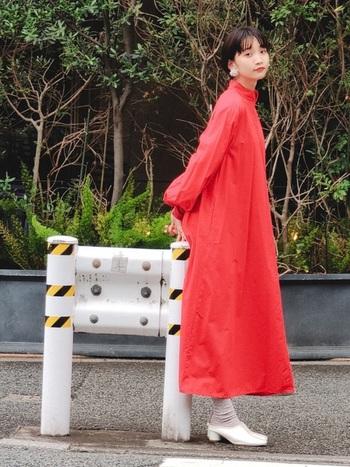 一枚着るだけで、女性らしいスタイルが叶う赤いワンピース。特別なシーンだけではなく、日常にもぜひ取り入れてみてはいかがでしょうか。いつもとは一味違う華やかな雰囲気を演出してくれますよ。
