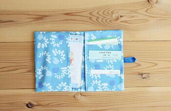 ポケットがたくさん付いていて使いやすい母子手帳ケースも、ハンドメイドで作れちゃうんです。あらかじめ布をカットしてそれぞれのパーツを作り、ポケットの位置などに注意しながらミシンで縫い付けていきます♪