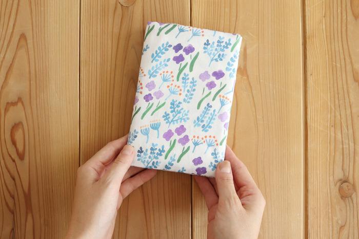 不器用さんやハンドメイド初心者さんにもおすすめの、30分で作れちゃうカードホルダー付き母子手帳ケース♪縫う部分が5箇所と少なめなので、手縫いでもOKです!