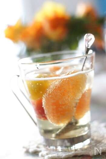 シロップを、水やソーダ、お酒類と割り、漬け込んでおいた果肉も一緒にトッピングすれば、贅沢なスペシャルドリンクに♪