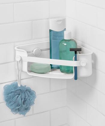 壁面の角を利用したこんなラック収納でも、スペースを有効に活用できます。シャンプーやボディーソープなどは、浴槽側の壁にこうして常備しておくと使い勝手も良いですよね。