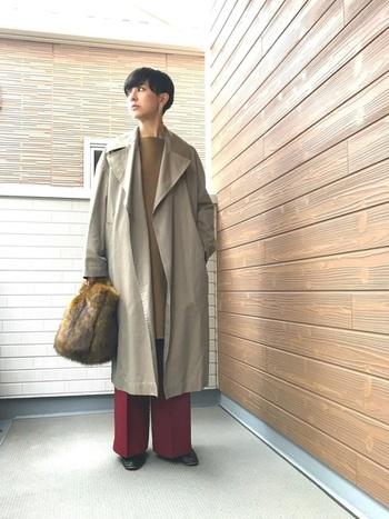 深みのあるボルドーのパンツと、アースカラーを合わせた都会的な着こなしが素敵ですね。バッグがアクセントとなり、より洗練された大人っぽいスタイルに。