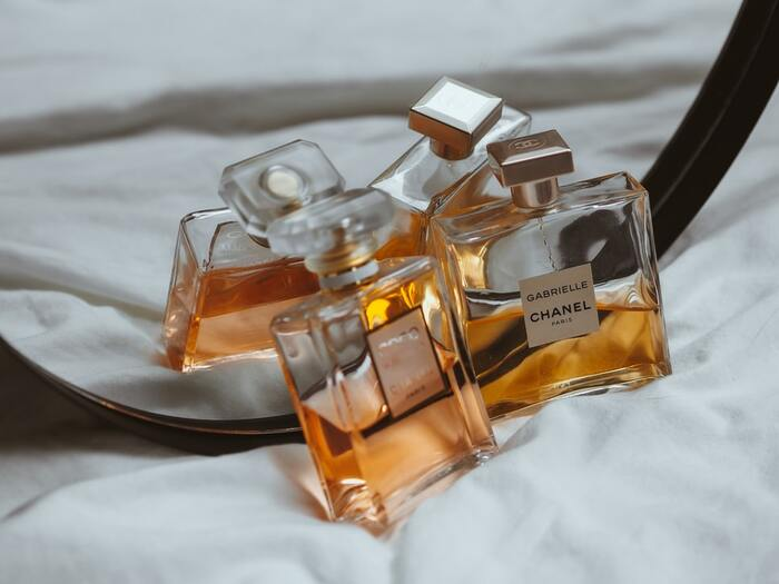 """さらに香水には、時間の経過とともに「トップノート」・「ミドルノート」・「ラストノート」と、3つの段階に香りが変化するという特徴があります。※「ノート」とは""""香調""""という意味の言葉です。"""