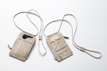 リサイクルレザーに、波線や斜線などをプリントした、TRICOTE(トリコテ)のスマホショルダーです。ランダムなラインが個性的で、一つずつ表情が異なります。オープンポケット部分にスマホを入れて、サイドのファスナー付きポケットは、カードやチケット入れ、コインケースとしても使えそう。