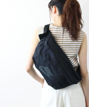 軽量な素材を採用し、たっぷり荷物が入るのに軽くて持ち歩きやすいバッグを実現した「NIKE(ナイキ)」のウエストバッグ。大ぶりなサイズ感なので、あえてウエストに巻いてもおしゃれにキマるデザインです。