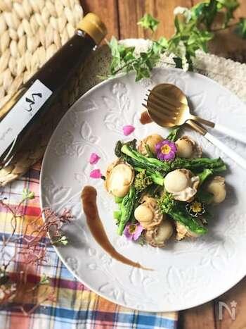 ほろ苦さがクセになる菜の花をガーリック炒めで。ホタテの旨味が効いた一品は、おもてなし料理としても喜ばれるはずです。