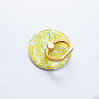 こちらは、ふわふわ可愛い花を咲かせたミモザのデザイン。これからの季節にぴったりですね。艶消しのゴールドのリング部分も品よくマッチしています。