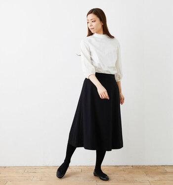 クラシカルな刺繍ブラウスと大人の女性らしいブラックのロングスカート。リモートワークの日でも、ちょっぴり気分を変えておめかしコーデにも◎ 裾のイン・アウトどちらでも様になります。襟のフリルカラーとスリーブの刺繍は、オンライン会議でも画面越しに華やかさを与えること間違いなし!
