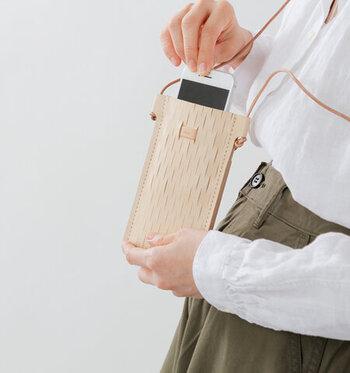 紙の緩衝材から着想を得たirose(イロセ)のスマホショルダーです。こだわりのフェイクレザーにメッシュ加工を施し、スマホの大きさに合わせてフィット。革紐の長さは結んで調節できます。