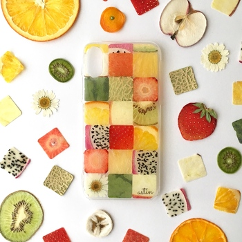こちらは、いろんな種類のフルーツをモザイク状に詰め込んだデザイン。季節によって組み合わせが変わります。ラメ・気泡・金箔など、オプションで追加可能。注目の的になりそうなカラフル&ポップなケースです。