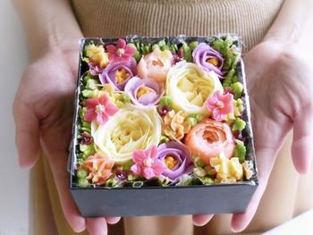 色とりどりのお花が華やかな「フラワーケーキ」。バタークリームで作られた花びらが、1枚ずつすべて手作業で作っていて、アートのような美しさです。お花の下に敷かれたスポンジは、キャロットケーキでほのかなシナモンが大人テイスト。箱を開けた瞬間、歓声があがること間違いなしのスイーツです。
