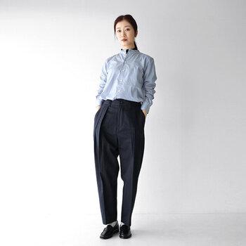 ワイドタイプのセンタープレスパンツは、きれいめにもカジュアルにも着まわせるアイテム。ネイビーのボトムスにブルーのシャツを合わせた、知的なムード漂うオフィスカジュアルスタイルです。