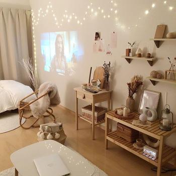 ベッドの反対側の壁面はスクリーンに。好きなものが飾られた壁面ディスプレイを眺めているだけでも、気分が上がりそうですが、好きな映画やドラマを見る時間も楽しそう!