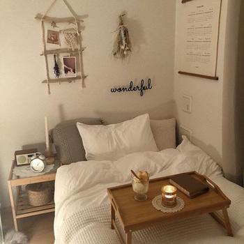 ベッド周りもホワイトやベージュ、グレーでナチュラルにまとめられていて、壁面のハンドメイド感のある小物に癒やされます。
