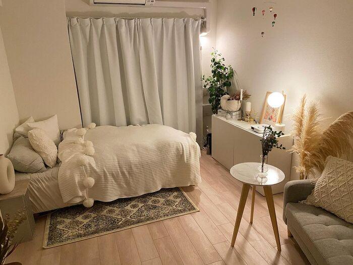 おしゃれにディスプレイされたチェストからソファまで、生活感のない美しく整えられたお部屋です。 コンパクトな家具を取り入れ狭さを感じさせないお部屋づくりを意識されているそうで、ベッドのサイズも一般的なシングルより少し小さめとのこと。
