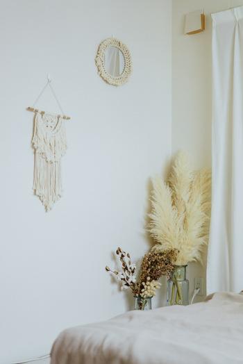 ベッドの足元には、手作り感のあるマクラメ編みや、存在感のあるドライフラワーが。ベッドから目にする度に癒やされそうですね。
