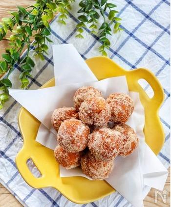 まん丸がかわいい♪ホットケーキミックスを使った簡単ドーナツです。材料を混ぜ合わせ、丸く成型して揚げるだけ!甘さは好みでまぶす砂糖の量で調整すると◎バニラアイスを添えて一緒に食べるのもおすすめですよ。