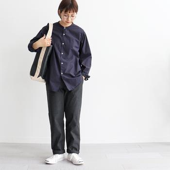 シャツとダンガリーベーカーパンツを同系色でまとめたカジュアルスタイル。小物も含めて、色を多用せず、すっきり清潔感のあるスタイルに仕上がっています。裾をくるっと折り返してアクセントを付けたところも素敵。