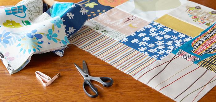 A.実は案外、簡単。もちろん、裁縫初心者さんでも作れます!  難しそうにも思える「パッチワーク」ですが、基本的には布を型紙通りに縫い合わせていくだけなので、実は簡単!中表に合わせた布をどんどん縫って、繋いでいく作業を繰り返すだけです。基本の縫い方をマスターすれば、大きな作品にも挑戦できるようになりますよ。