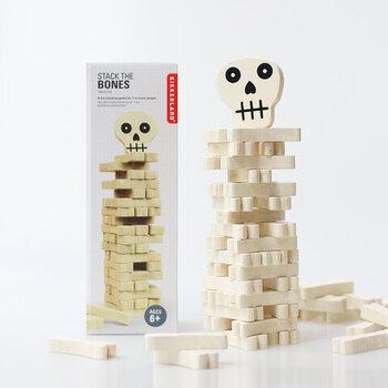 ニューヨークの雑貨メーカー「KIKKERLAND」のユニークな見た目のジェンガ。スカルの骨を一本ずつ抜いて積み上げていくわかりやすいルールなので小さなお子さんでもOK。ゆらゆらと揺れるのでドキドキハラハラ・・。姉妹兄弟仲良く大盛り上がり間違いなしのゲームです。