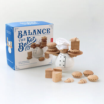 こちらもKIKKERLAND社のもの。可愛い見た目とは裏腹のバランスゲーム。コロンとしたパン屋さんの両手に落とさずパイやケーキ乗せていきます。