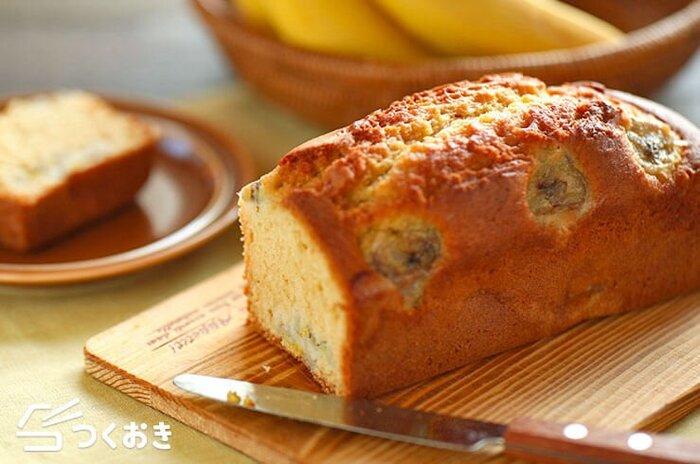 バナナの甘い香りが漂う♪ホットケーキミックスを使った、バナナパウンドケーキです。バターは使わず、サラダ油を使ってヘルシーに仕上げます。バナナを入れると中がよりしっとりとした、やさしい甘さが味わえますよ。ふんわり膨らませるためには、混ぜすぎないのがコツなのだそう。完熟したバナナの消費にもおすすめです。