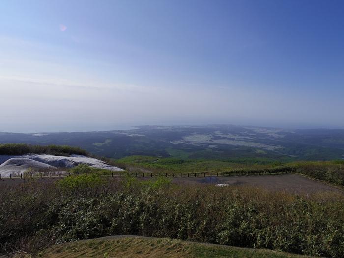 秋田県と山形県にまたがる「鳥海山」。その山を越えるように走るのが「鳥海ブルーライン」です。こちらも冬季は閉鎖になり、4月の下旬から通行OKに。別名を出羽富士と言い、広い裾野と鮮やかな四季折々の景観が魅力です。このドライブコースで楽しめるのが、山頂の鉾立展望台に来たときに見える日本海です。