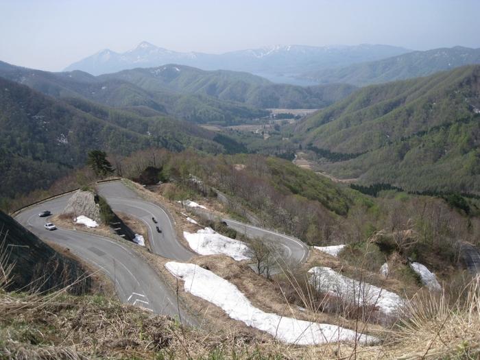 「西吾妻スカイバレー」は、福島県の裏磐梯と山形県米沢市を結ぶ道路です。こちらの道路の名物とも言えるのが、連続する激しいヘアピンカーブ。運転には慎重になる必要がありますが、車でのドライブだけでなくバイクでのツーリングコースとしても人気を集めています。折り重なるリボンのような道路は、一つの美しい芸術のようにさえ見えますね。