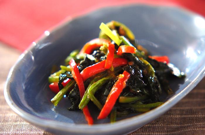 小松菜はお味噌汁や炒めものなど使いまわしがきくので、冷蔵庫の常備菜のひとつではないでしょうか。 小松菜の深い緑と鮮やかな赤ピーマンの彩りがきれいだから、お弁当のおかずにもおすすめです。ピーナッツバター以外の調味料は塩と醤油に砂糖だけ。他の野菜でもアレンジできそうですね。