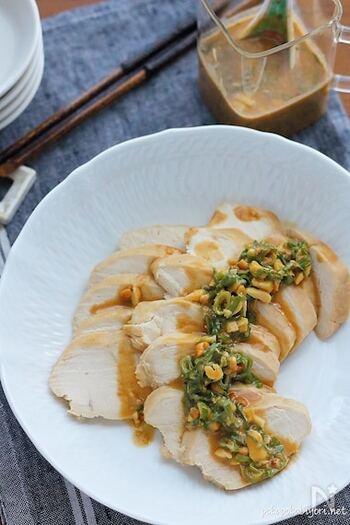 ヘルシーでタンパク質もしっかり摂れる鶏むね肉を使った蒸し鶏は、レンジで簡単に作れるのがうれしい。 決め手となるタレにピーナッツバターをたっぷり入れて、味わい深いよだれ鶏に。