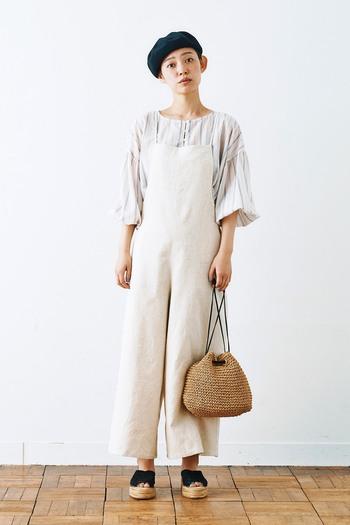 サロペットパンツと合わせると、ボリューミーな袖がさらに際立ち素敵です。