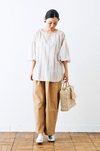 超長綿の光沢感とテンセルのさらりとした落ち感が心地良いシャツ。プレーンな身頃にボリューム感ある袖がかわいいですね。