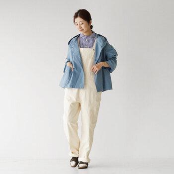 カジュアルなオーバーオールと合わせて。肌寒い日にジャケットなどを羽織っても、キュートな丸襟がさりげないアクセントになってくれます。