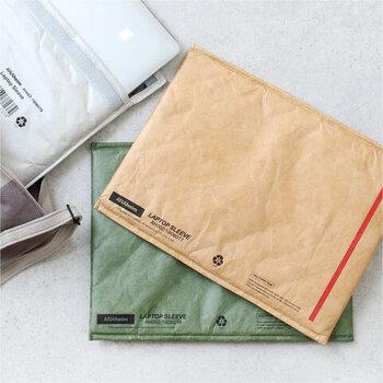 インダストリアル風なアイテムを展開するANAHEIM HOUSEHOLD GOODS(アナハイムハウスホールドグッズ)のPCケース。13インチのパソコンやA4サイズの書類が入る、海外の封筒のようなおしゃれなアイテムです。