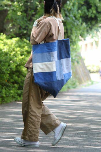 トーンの違うデニムを合わせたパッチワーク・バッグです。  大きめのピースをランダムに配置して、丈夫なバッグに仕立てています。淡い色味のデニムを混ぜると、軽やかな雰囲気になりますね。