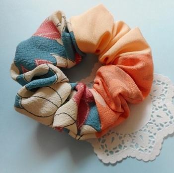 正絹の反物を使った和風な雰囲気のパッチワーク・シュシュです。  すこしくすんだ色合いの3種類の布をパッチワークで合わせています。パッチワークでは、多くの色を使えるので、毎日の装いとの色合わせもしやすいんですよ。和装はもちろん、洋服にもよく合うシュシュです。