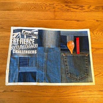 デニムのピースを使ったパッチワーク・ランチョンマットです。   デニムジーンズなどの古着からピースを取るときは、ポケットやタグなどを活用できるように、カットするのがおすすめ。思い出のジーンズが新しいアイテムになって生まれ変わります。