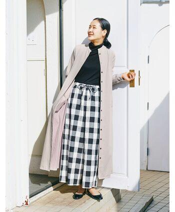 ロング丈のコートで大切なのは、丈感です。ロング丈のアウターはパンツはパンツスタイルですっきり見せるか、ロングスカートで丈感を合わせるとオシャレに着こなせます。