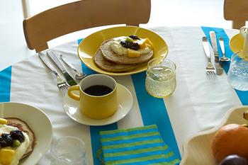 食卓をパッと明るくしてくれるアラビアカラーズの柔らかなイエロー。朝や昼の自然光に良く映えます。たとえば、朝食にパンケーキという時は、大きめのオーバルプレートをセレクトしてみるのはいかが?